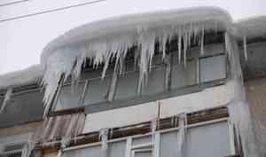 Не поднимайте голову и прижмитесь к стене: архангелогородцев предостерегли о возможном сходе снега с крыш