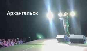Максим Галкин прогулялся по Набережной Архангельска и посетовал на холод