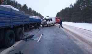 Трое погибших: в Холмогорском районе микроавтобус врезался в припаркованный КАМАЗ