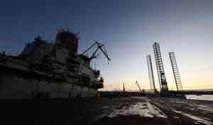 Дымит у парковки с авто: смотрим видео с пожара на крейсере «Адмирал Кузнецов»