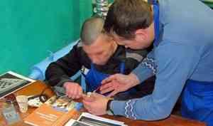 Брали тех, кто рисует: заключенные холмогорской колонии начали осваивать профессию косторезов