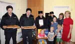 В Вельске Архангельской области сотрудники Росгвардии вручили подарки детям, нуждающимся в помощи