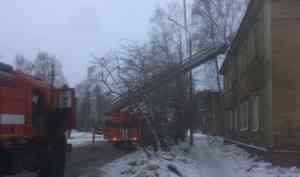 В горящем деревянном доме на улице Революции в Архангельске погибли два человека