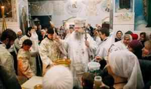 Митрополит Корнилий в день Богоявления после литургии освятил воду в Архангельске