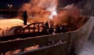 В Архангельске на заводе «Красная кузница» горит судно «Святитель Иннокентий»