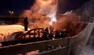 Почти три часа архангельские пожарные боролись с огнём на судне «Святитель Иннокентий»