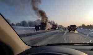 В Архангельске во время движения загорелась бетономешалка