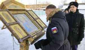Курсанты учебного центра Беломорской военно-морской базы помолились перед главной иконой ВМФ