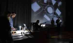 Шум времени, гусли идвижущиеся картинки: вАрхангельске прошёл аудиовизуальный перформанс настихи «главного посмерти»