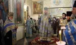 В канун праздника Сретения Господня митрополит Корнилий совершил всенощное бдение в Ильинском кафедральном соборе