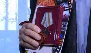 ВАрхангельске ветеранам вручают памятные медали кюбилею Победы