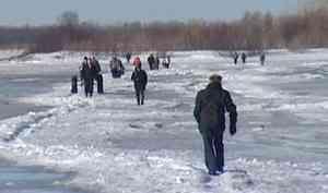 Из-за теплой погоды сегодня закрыли три ледовые переправы через Северную Двину