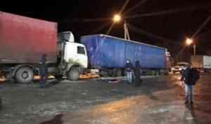 В Архангельской области мужчину насмерть зажало между двумя фурами