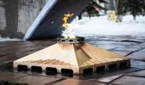 Митрополит Корнилий в День защитника Отечества возложил цветы к Вечному огню в Архангельске