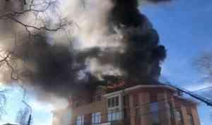В Архангельске прямо сейчас горит дом на улице Северодвинской