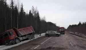 В Каргопольском районе столкнулись грузовик и «Мерседес»