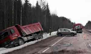 Стоявший на обочине кроссовер попал в ДТП с участием грузовиков на трассе в Поморье