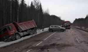 В Каргопольском районе столкнулись два грузовых автомобиля