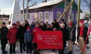 В деревни Лешуконского района привезли копию Знамени Победы