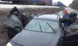 Полицейские задержали наркоторговцев из Каргополя с веществами и оружием: видео