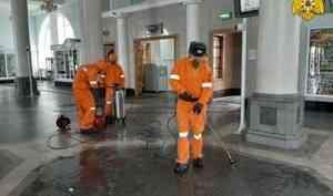 Хабаровские спасатели провели дезинфекцию железнодорожного вокзала (видео)