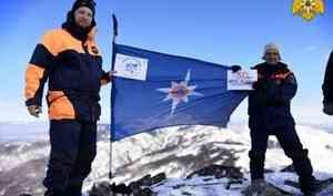 Хабаровские спасатели развернули флаг МЧС России на вершине горы Элеор