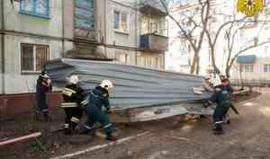 Омские спасатели оказывают коммунальщикам помощь в ликвидации последствий сильного ветра