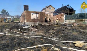 В Ростове-на-Дону из-за небрежности дачника сгорела баня на соседнем участке (видео)