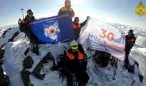 Магаданские спасатели развернули на горе Нух флаг 30-летия МЧС России (видео)