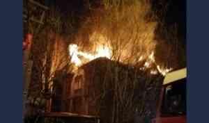 Архангельский полицейский спас из горящего дома двух женщин и ребёнка