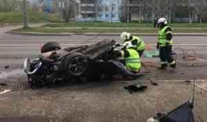 Архангелогородец влетел в фонарный столб на полной скорости - автомобиль разорвало пополам
