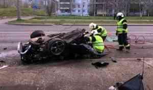 В результате ночного ДТП в Архангельске иномарку разорвало на части