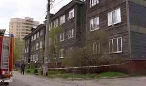 В Архангельске на улице Северодвинской сошёл со свай трёхэтажный деревянный дом