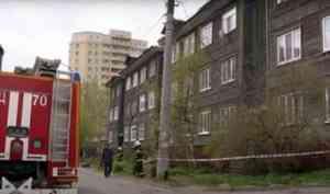 В Архангельске трехэтажная «деревяшка» сошла со свай