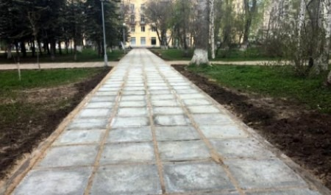 Считают плитки и сравнивают с Сахарой: горожане оценили ремонт тротуаров за «Миром»