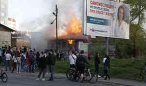 В Архангельске горит деревянная постройка в центре города