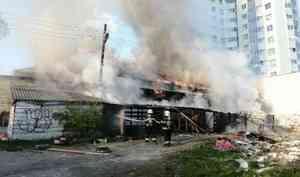 Напроспекте Обводный канал вАрхангельске горит нежилое здание