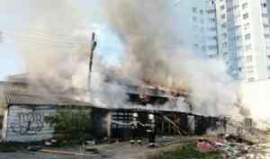 В Архангельске сгорело заброшенное деревянное здание на проспекте Обводный