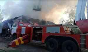 Видео: огнеборцы тушат пожар в «деревяшке» в центре Архангельска