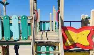 В Архангельске ребенок получил травмы на детской площадке