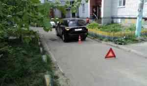 В Архангельске во дворе дома сбили пенсионерку
