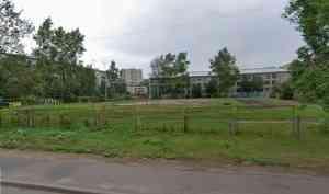 Яма с песком и хоккейная коробка: у школы № 17 в Архангельске за 10,6 млн рублей обновят стадион