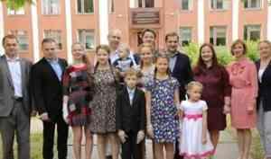 Александр Цыбульский встретился с многодетной семьей Кузнецовых