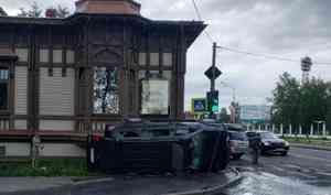 «Черный подлетел и начал переворачиваться»: в центре Архангельска столкнулись два автомобиля
