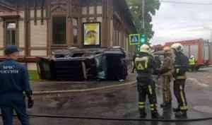 В центре Архангельска в результате ДТП перевернулся внедорожник