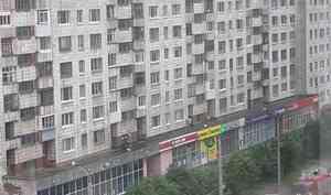 Молодой человек выпал из окна многоэтажки в Архангельске и разбился насмерть