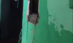 Водопад внутри дома: смотрим, как на Дзержинского в Архангельске затопило подъезд