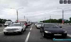 ВАрхангельске наКраснофлотском мосту— многокилометровая пробка