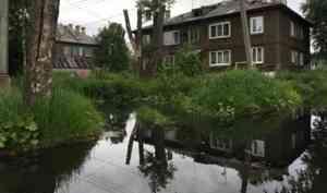 Таблетки и еду передают в окно. В Архангельске после ливня люди не могут выйти из домов. Видео
