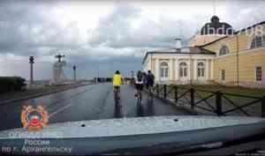 Велосипедисты и автомобили не поделили набережную в районе Гостиных дворов